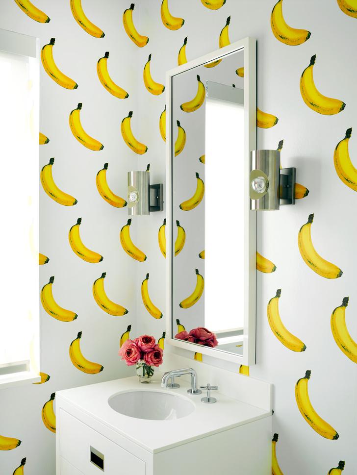 Гостевая ванная. Обои с ярким «банановым» принтом напоминают работы Энди Уорхола. Это покрытие имеет эффект scratch-and-sniff: стоит потереть поверхность рукой — ощущаешь аромат бананов.