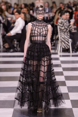 Показ Dior Haute Couture коллекции сезона Весна-лето 2018 года haute couture - www.elle.ru - Подиум - фото 673331