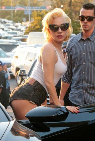 Американская классика: Леди Гага в белой майке и ультракоротких шортах фото [1]