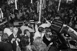 «Ночная лихорадка. Дизайн клубной культуры с 1960х годов и до наших дней» (фото 4.2)