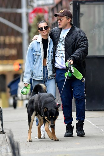 Эмили Ратаковски и ее муж Себастьян на прогулке с собакой (фото 0.2)