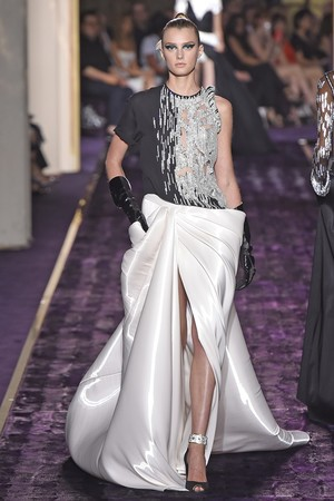 Показ Atelier Versace коллекции сезона Осень-зима 2014-2015 года Haute couture - www.elle.ru - Подиум - фото 584600