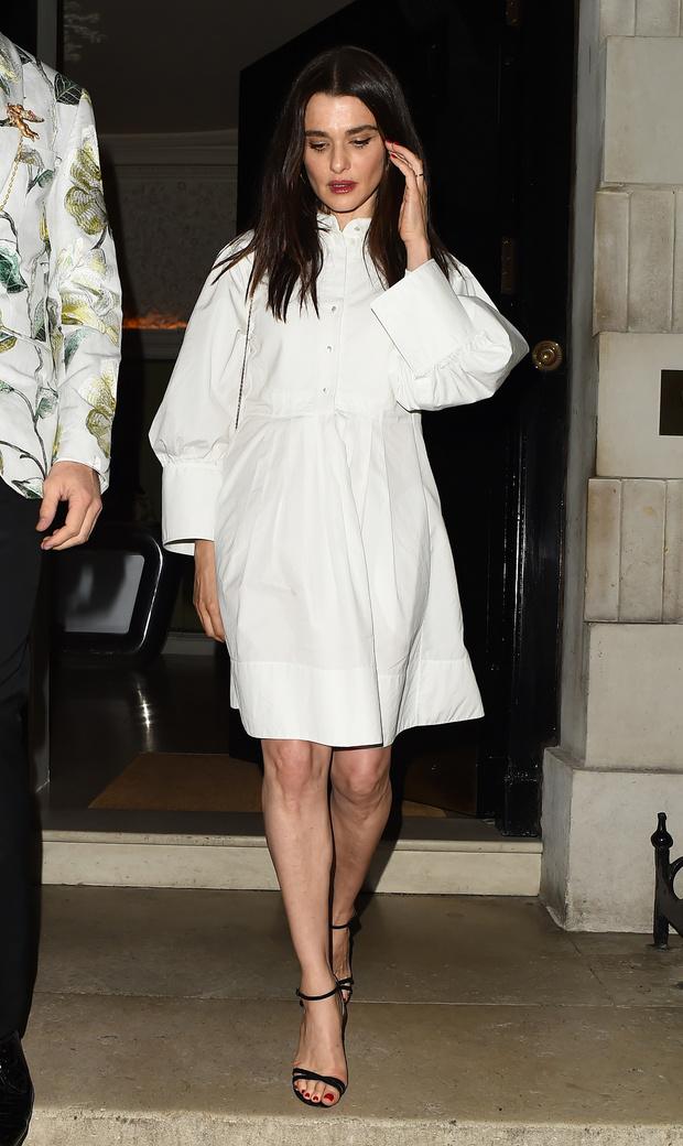 5 платьев-рубашек как у Рэйчел Вайс, которые нужны вам этим летом (фото 1)