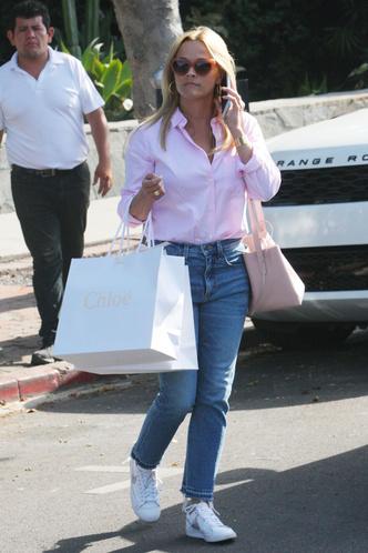 Очки в красной оправе и розовая рубашка: Риз Уизерспун в Лос-Анджелесе (фото 2)