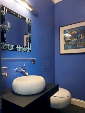 На стене туалета в зоне спа — картина Герберта Рассольникова. Раковина и унитаз из коллекции Pure Stone, Villeroy & Boch.