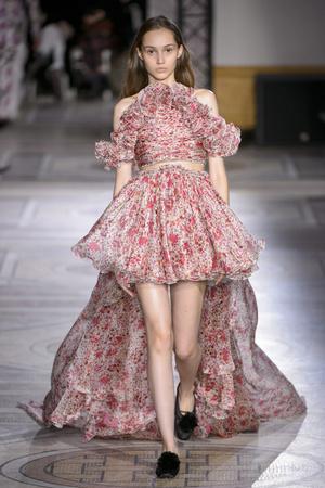 Показ Giambattista Valli коллекции сезона Весна-лето 2018 года Haute couture - www.elle.ru - Подиум - фото 671871
