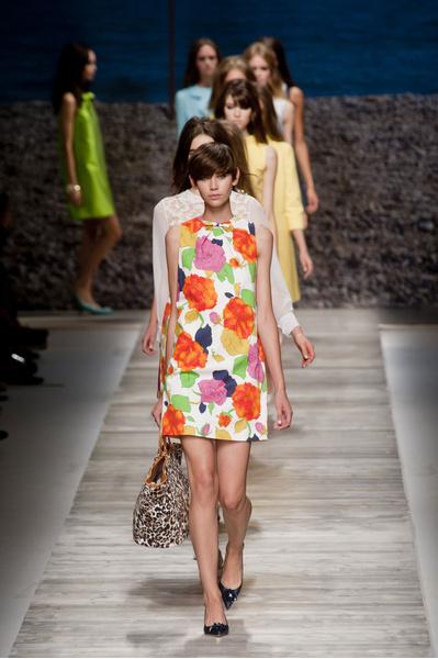 Яркие образы с показа Blugirl на миланской Неделе моды