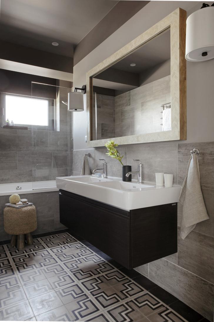 Ванная комната. На полу — марокканская цементная плитка Plus-Plus от Popham Design. Смесители Purist, Kohler. Льняные полотенца, Waterworks.