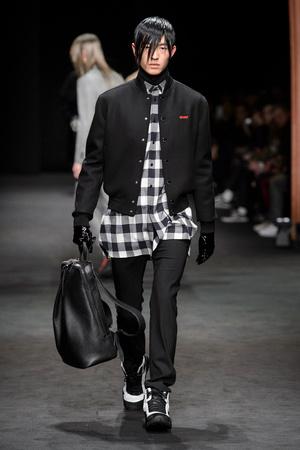 Показ Versace коллекции сезона Осень-зима 2017-2018 года Men prêt-à-porter - www.elle.ru - Подиум - фото 614531