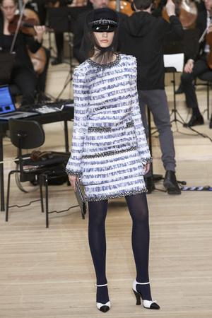Показ Chanel коллекции сезона Pre-fall  2018 года Metiers d'Art - www.elle.ru - Подиум - фото 668691