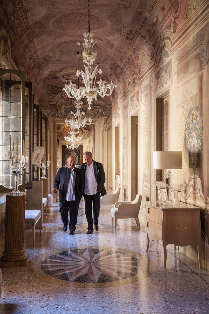 Альберто Виньятелли и Жак Гранж (справа) в галерее палаццо, расписанной Анджело Дзаккарини в 1750 году. Комод Canova и кресла Bristol, Fendi Casa.