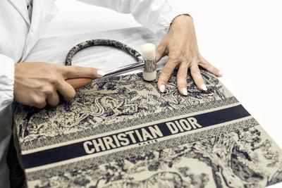 История одной сумки: как создается Dior Book Tote (галерея 2, фото 1)