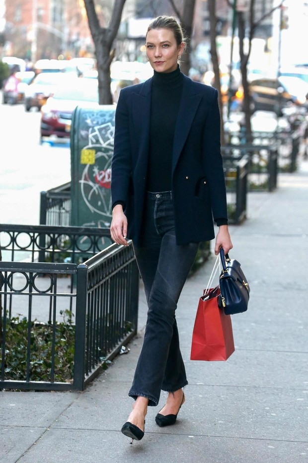Мисс элегантность: Карли Клосс показывает, как носить классический пиджак, и не выглядеть скучно (фото 1)
