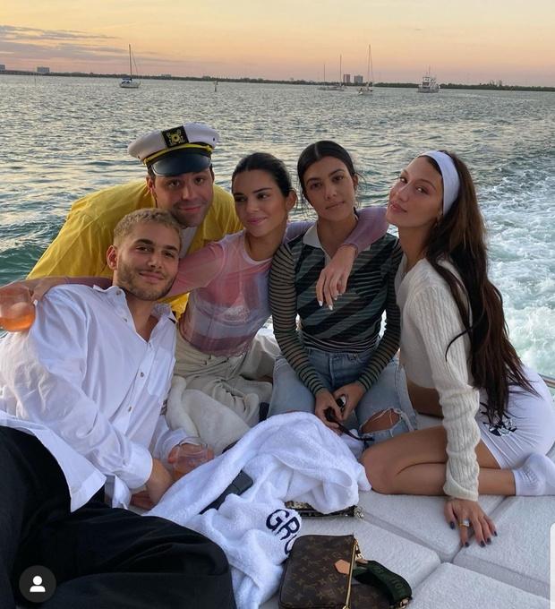 Друзья на отдыхе в Майами - Кендалл, Кортни и Белла (фото 0)