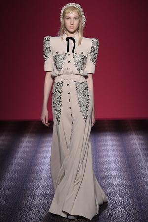 Показ Schiaparelli коллекции сезона Осень-зима 2014-2015 года Haute couture - www.elle.ru - Подиум - фото 584732