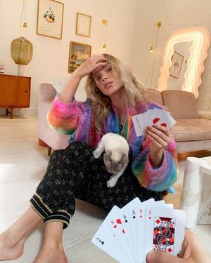 Цветной кардиган и брюки Gucci: яркий домашний образы Эльзы Хоск (фото 0.1)