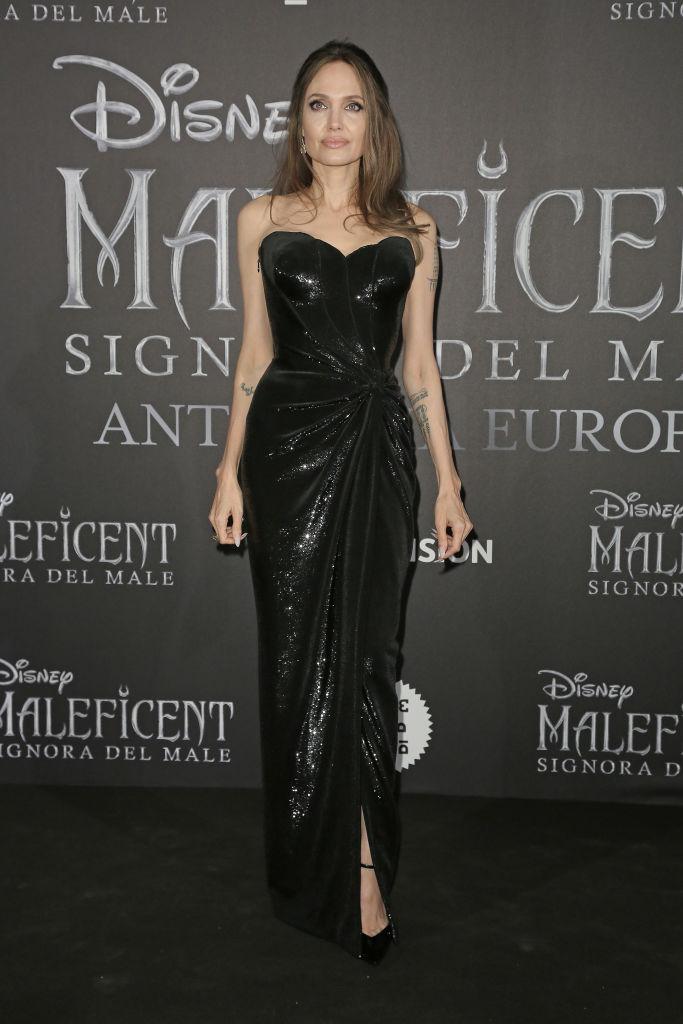 Темные силы: Анджелина Джоли в сексуальном платье Atelier Versace (фото 3)