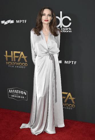 Дива дивная: Анджелина Джоли затмила всех на церемонии Hollywood Film Awards фото [2]