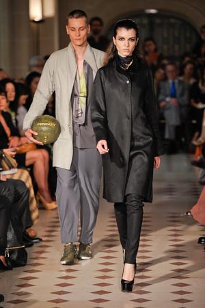 Показ Atelier Gustavo Lins коллекции сезона Осень-зима 2012-2013 года haute couture - www.elle.ru - Подиум - фото 404125
