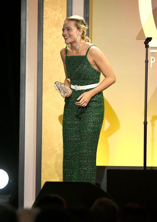 Почему стилист Марго Робби рекомендует блондинкам носить изумрудный цвет? (фото 1)