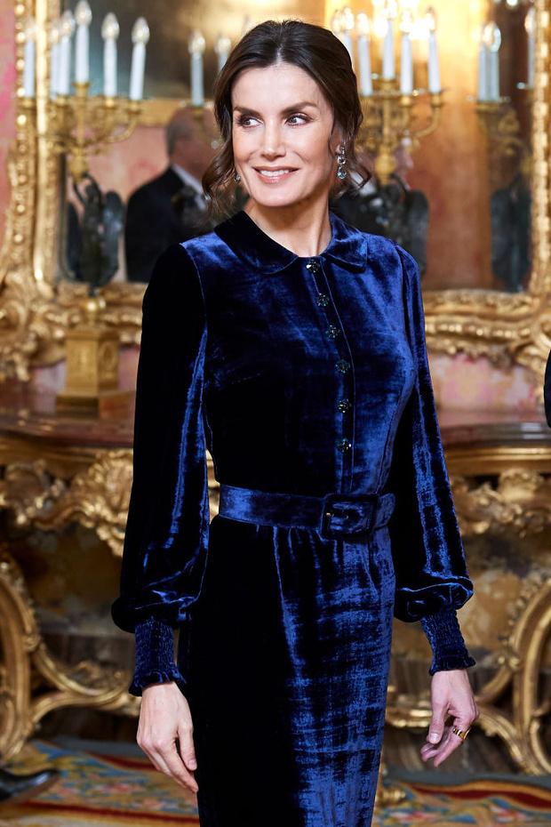 Самое величественное зимнее платье королевы возвращается: Летиция в синем бархате (фото 3)