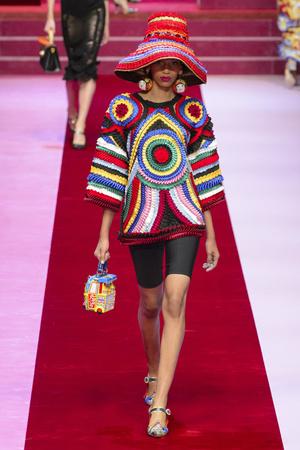 Показ Dolce & Gabbana коллекции сезона Весна-лето 2018 года Prêt-à-porter - www.elle.ru - Подиум - фото 640531