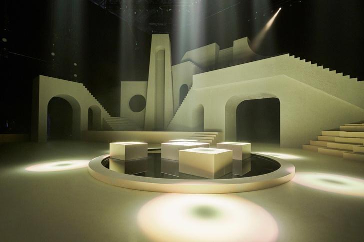 Архитектурные декорации к показу нижнего белья от Рианны (фото 9)