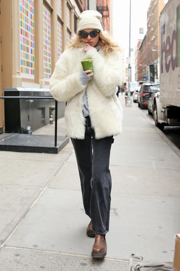 Как пушистая снежинка: Эльза Хоск в белоснежной шубе, которая согреет в морозы (фото 1)