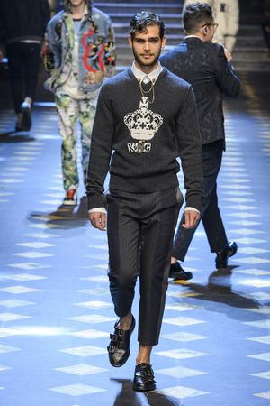 Показ Dolce & Gabbana коллекции сезона Осень-зима 2017-2018 года Men prêt-à-porter - www.elle.ru - Подиум - фото 614491