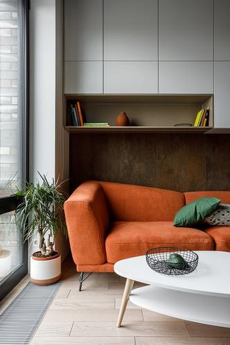 Лаконичная квартира с бетонным потолком и деревянными стенами 71 м² (фото 1)