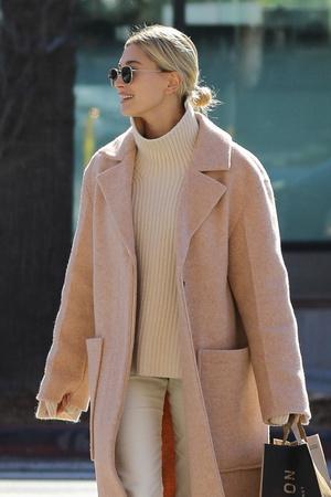 Носите зимой светлые оттенки как это делает Хейли Бибер (фото 0.2)