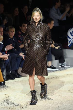 Наоми Кэмпбелл и Кейт Мосс закрыли шоу Louis Vuitton в Париже (фото 3)