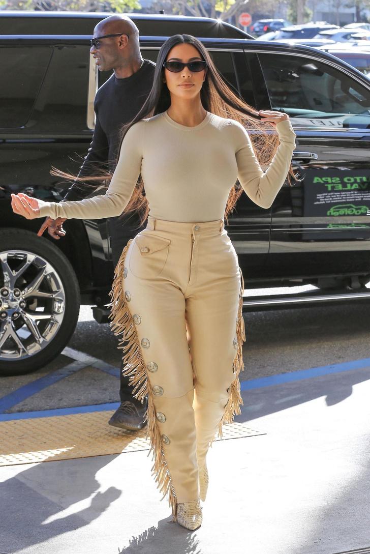 Эпатажные брюки Ким Кардашьян с бахромой. Тренд или анти-тренд? (фото 1)
