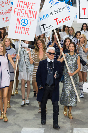 Показ Chanel коллекции сезона Весна-лето 2015 года prêt-à-porter - www.elle.ru - Подиум - фото 592025