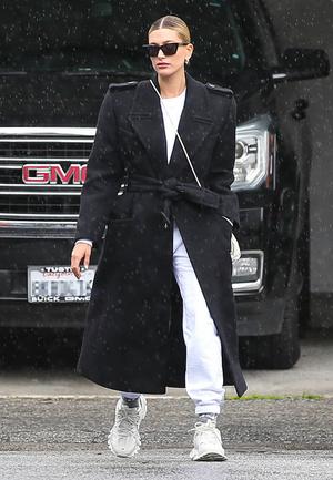 Как сочетать спортивные брюки и пальто? Показывает Хейли Бибер (фото 0.1)