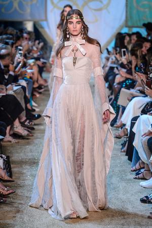 Показ Elie Saab коллекции сезона Осень-зима 2017-2018 года Haute couture - www.elle.ru - Подиум - фото 624188