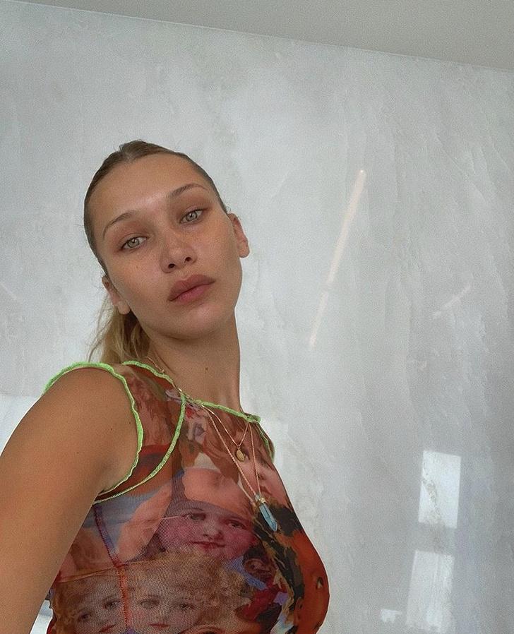 Модный камбэк из нулевых: новое селфи Беллы Хадид в топе с необычным принтом (фото 1)