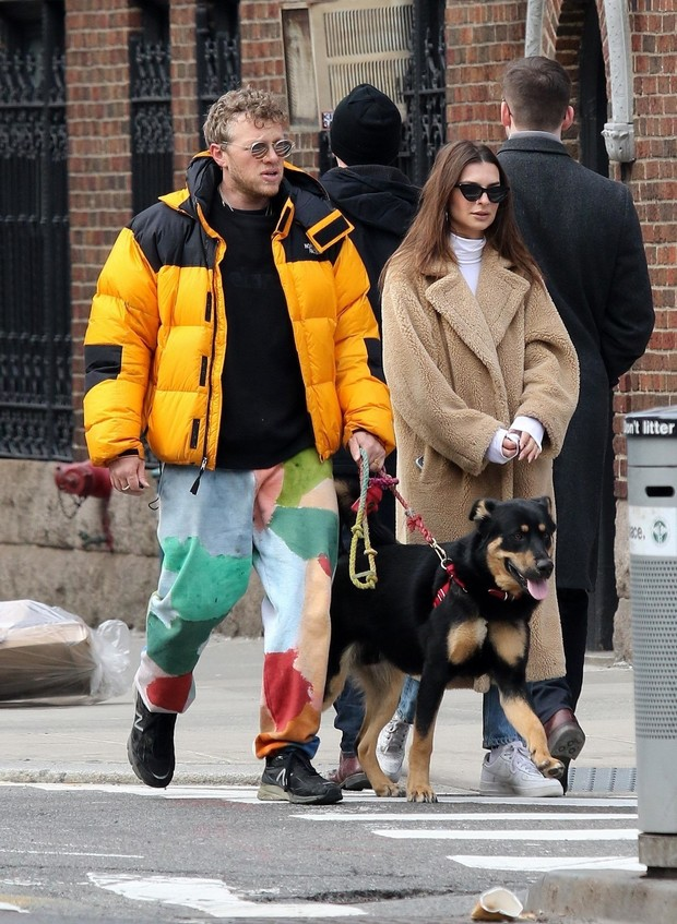 Любовь в городе: Эмили Ратаковски на романтической прогулке в самой модной шубе (фото 1)