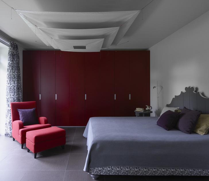 Спальня хозяев. Потолочный светильник, Ingo Maurer. Кровать, Gervasoni. Шкаф, Porro. Кресло и пуф, Casamilano. Прикроватный столик, Lando.
