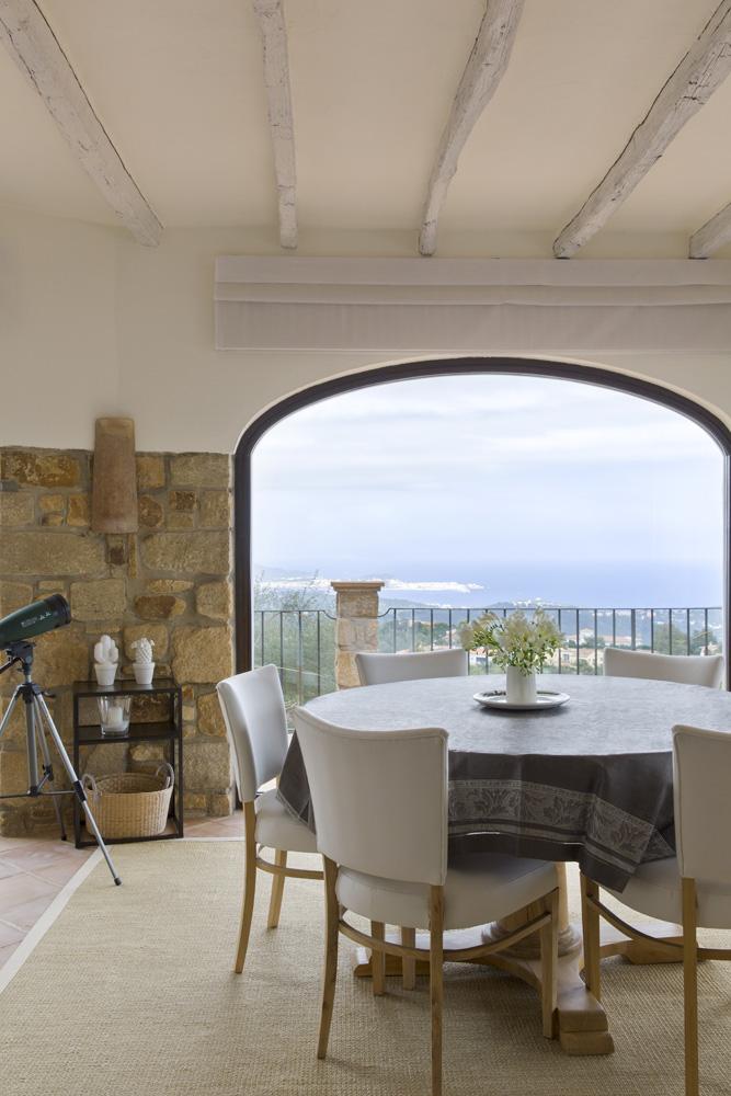 Из столовой открывается потрясяющий вид на Средиземное море. Стол и стулья, Indian Pacific. Льняная скатерть привезена из Москвы.