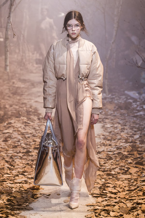 Показ Off-White коллекции сезона Осень-зима 2017-2018 года Prêt-à-porter - www.elle.ru - Подиум - фото 620787