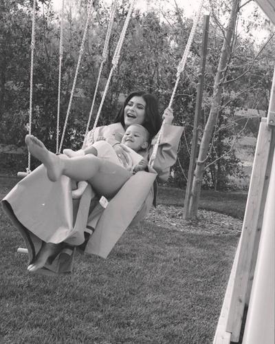 Идиллия: 6 новых (и очень красивых) фотографий Кайли Дженнер и ее дочери Сторми (галерея 2, фото 0)