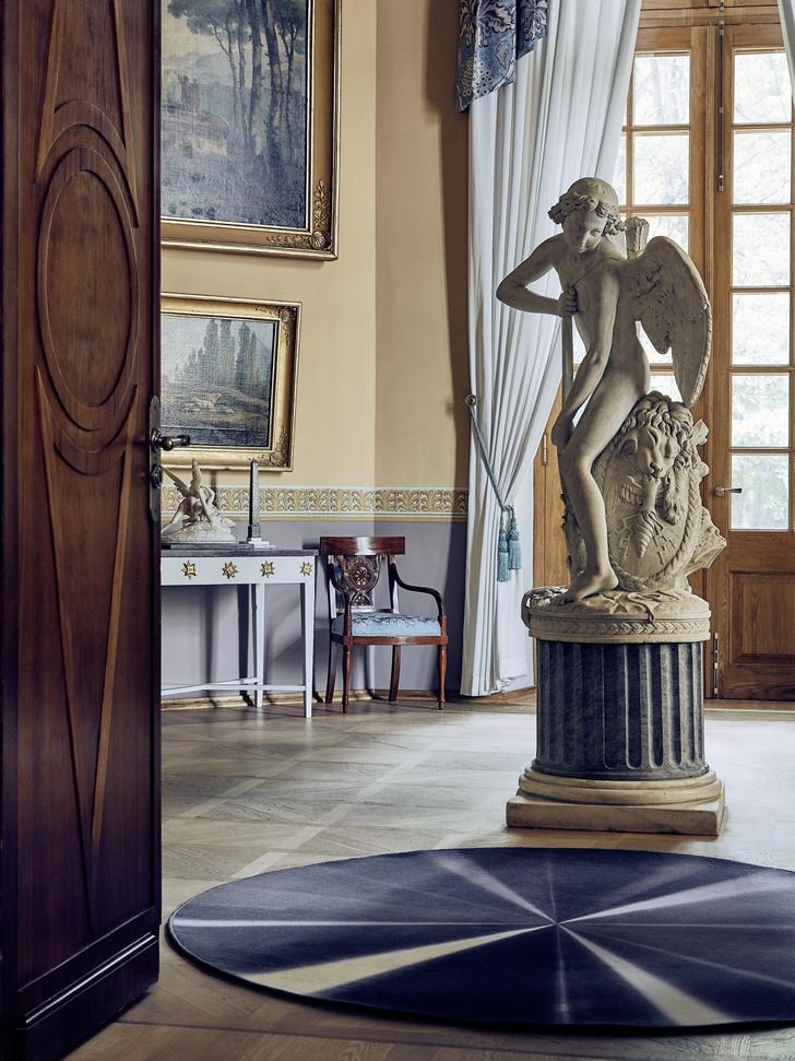 Дизайнерские ковры в классическом интерьере (фото 5)
