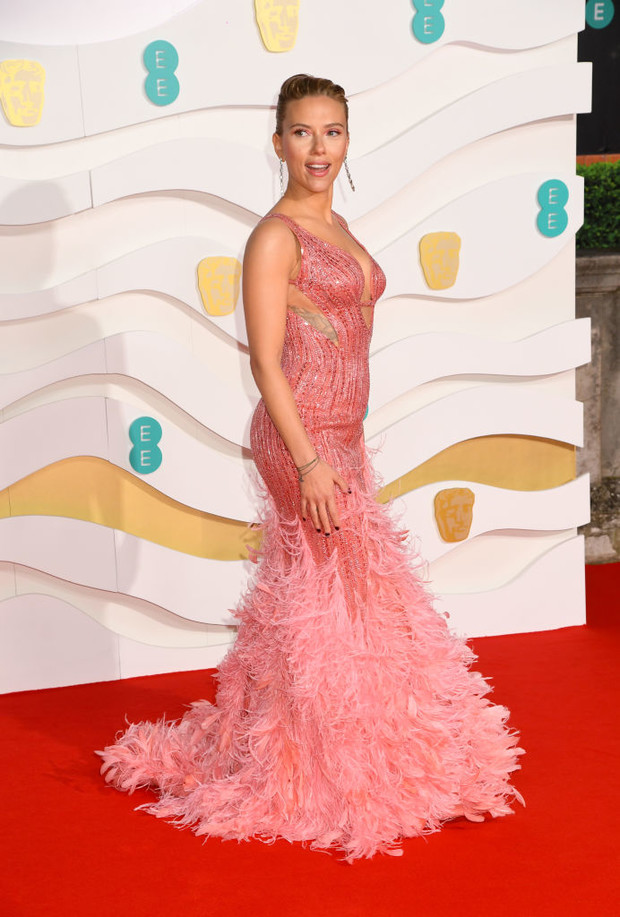 Дитя заката: Скарлетт Йоханссон в платье Versace (фото 1)