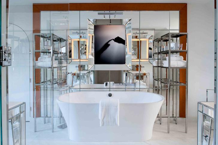 Ванная в одном из номеров. Зеркала визуально расширяют пространство.