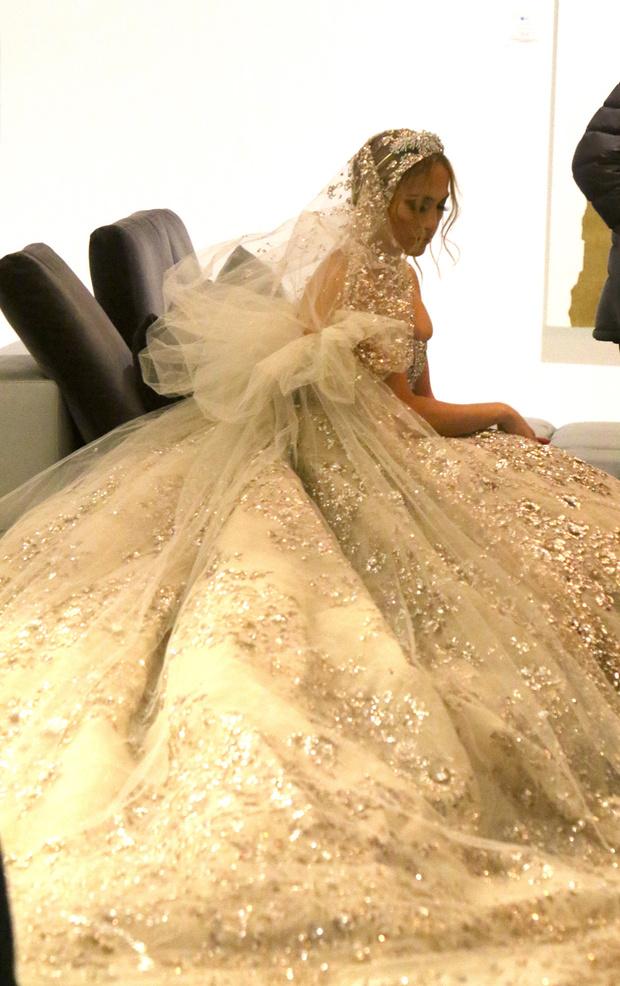Какой сюрприз! Дженнифер Лопес в экстравагантном свадебном платье и расшитой вуали (фото 3)