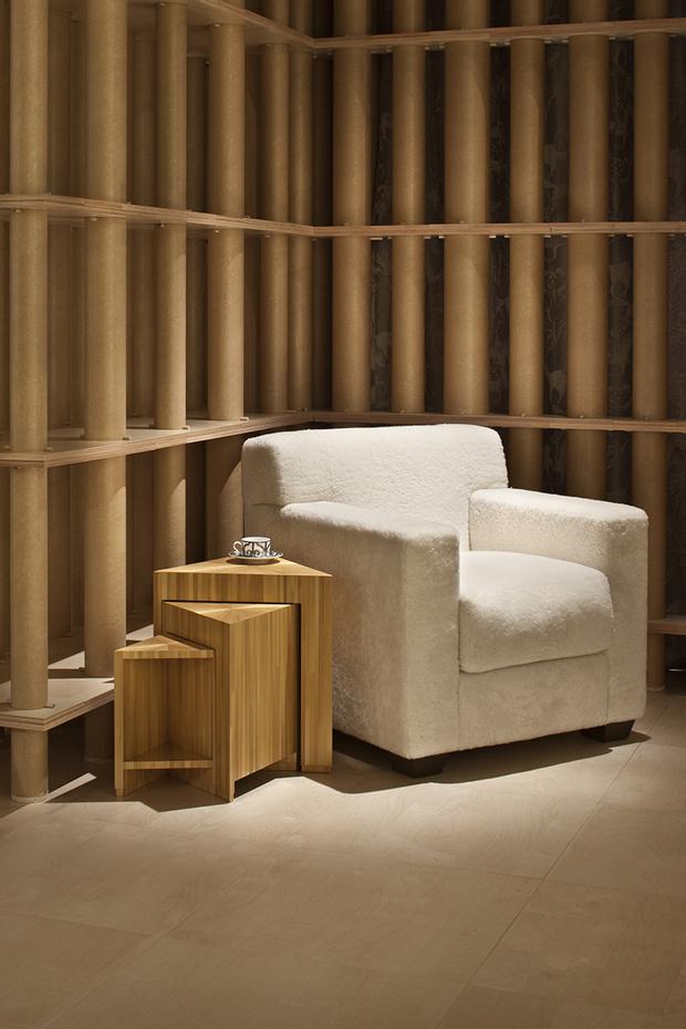 Кресло и cтолик с потайными ящичками, дизайн Жан-Мишеля Франка для Hermès.
