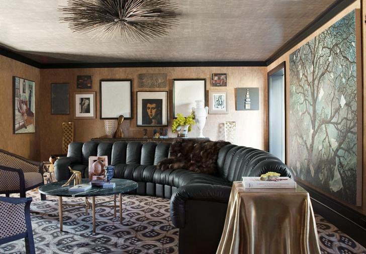 Гостиная. Кожаный диван, de Sede. Журнальный столик с мраморной столешницей сделан на заказ. Светильники, Jean de Merry.