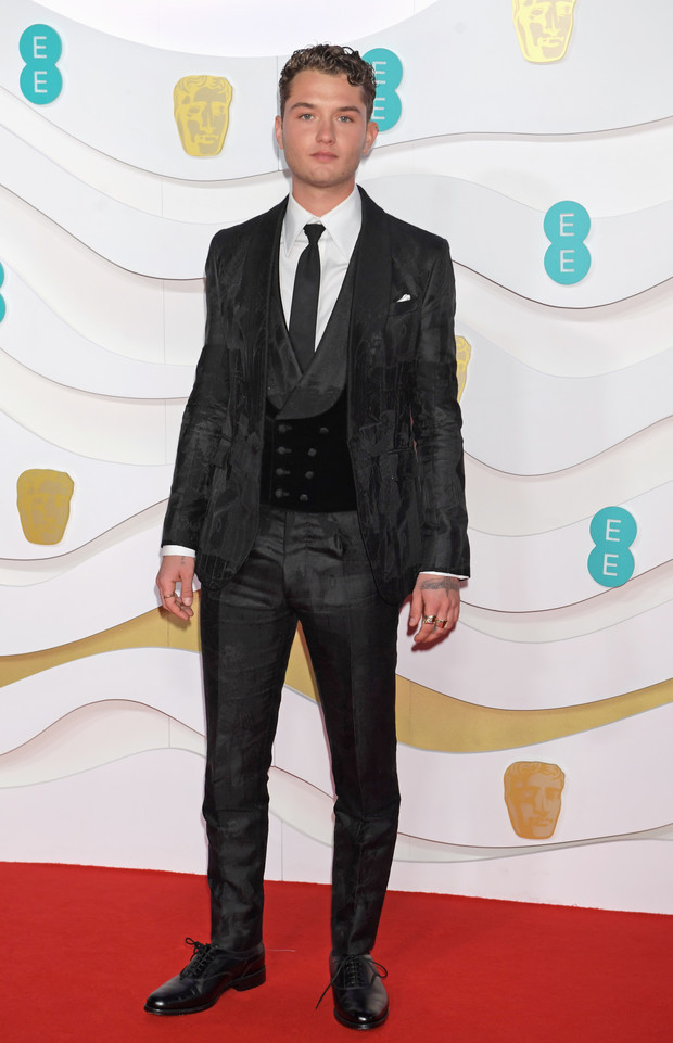 Такой же стильный, как отец! Рафферти Лоу на премии BAFTA 2020 (фото 1)