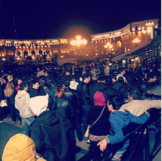 Толпа поклонников у аэропорта в Ереване